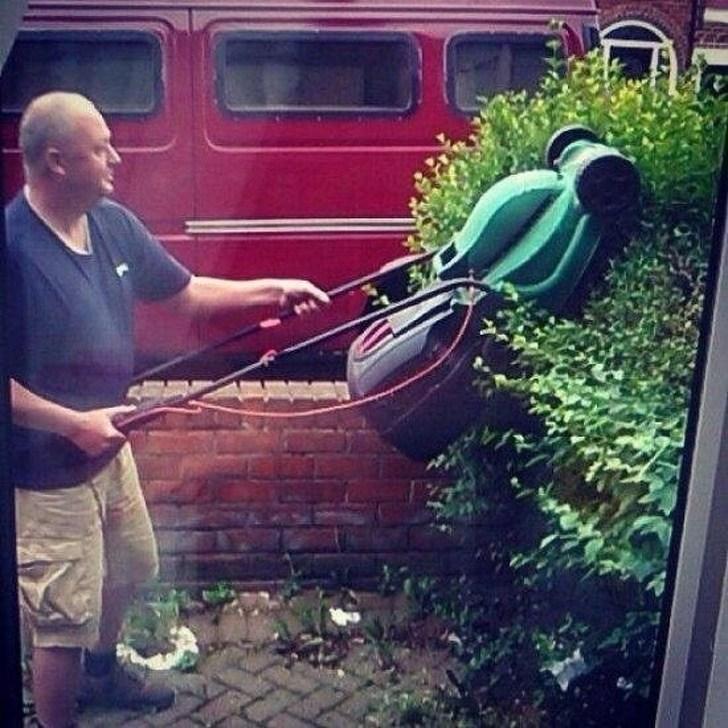 мужчина и газонокосилка