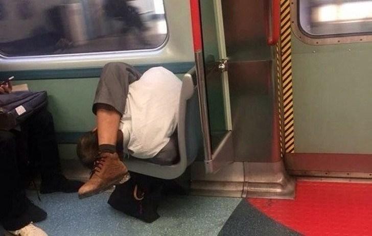 мужчина спит в общественном транспорте