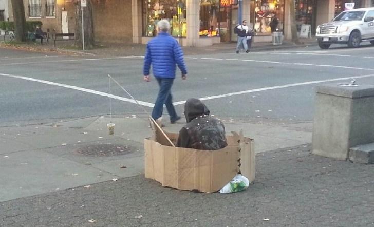 человек в картонной коробке