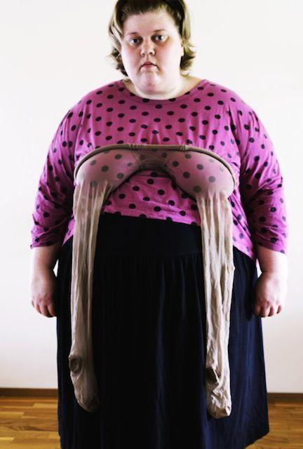 полная женщина с колготками на груди