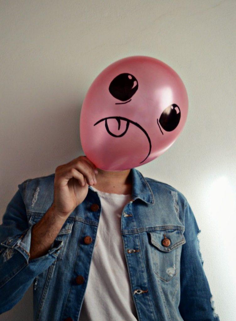 парень с розовым воздушным шариком