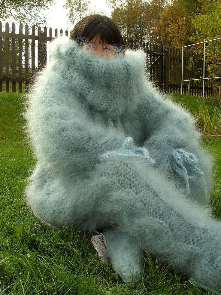 девушка в объемном теплом свитере