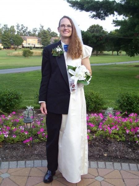 девушка одетая как жених и невеста