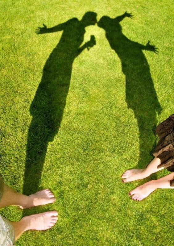 тень целующейся пары на травы