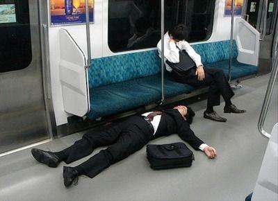 мужчины спят в метро