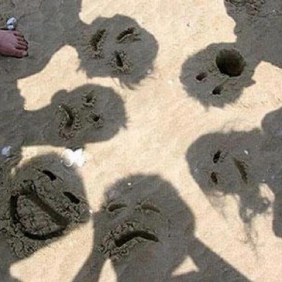 тени людей на песке