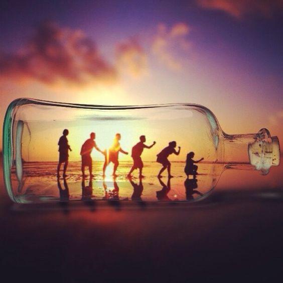 бутылка и люди на закате