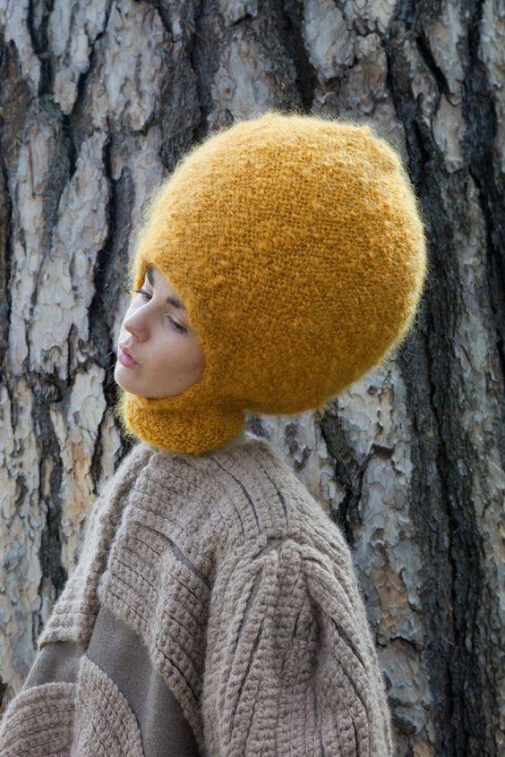 девушка в объемной шапке