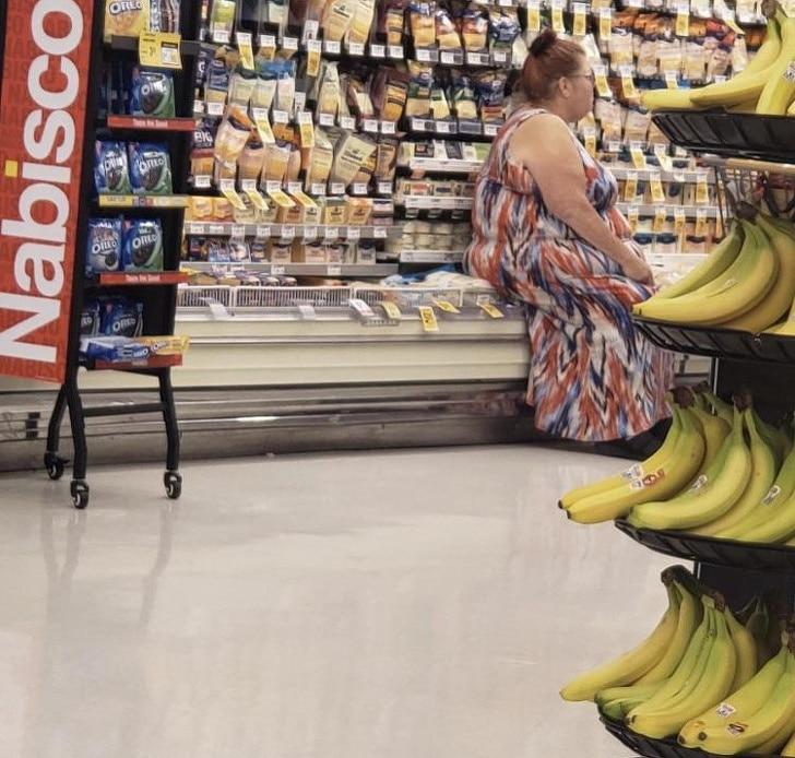 женщина сидит на прилавке