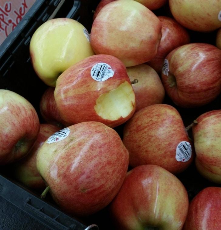 надкусанное яблоко