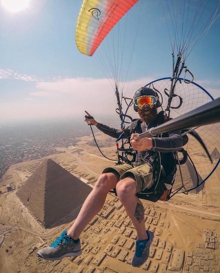 парашютист делает селфи на фоне пирамиды хеопса