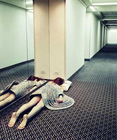 девушка спит в коридоре