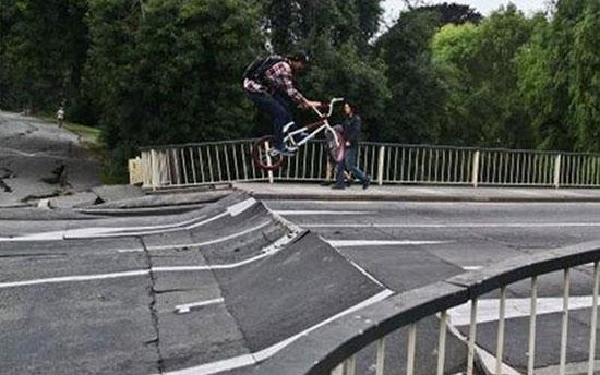 Парень катается на велосипеде по изломанной дороге