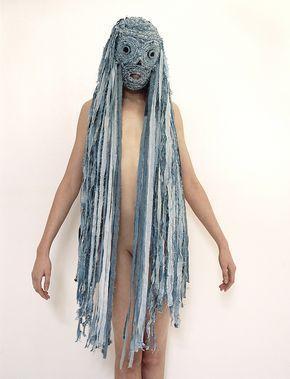 человек в маске с длинными волосами