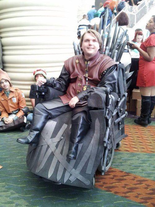 Инвалид на коляске в виде трона
