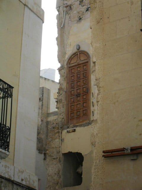 Дверь расположена высоко без лестницы