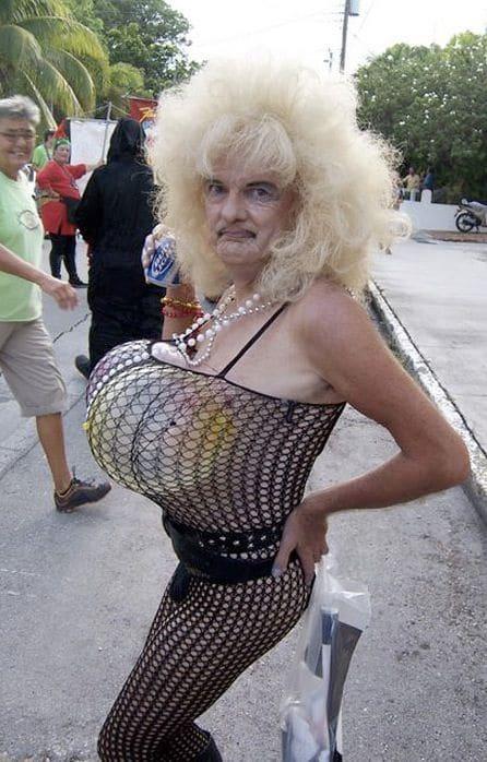 старушка в платье-сетке