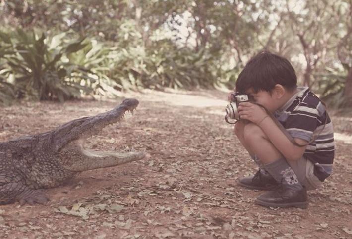 Мальчик снимает крокодила