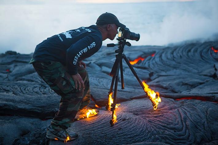 Парень фотографирует не смотря на горящую треногу