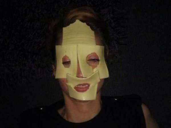 девушка с сыром на лице