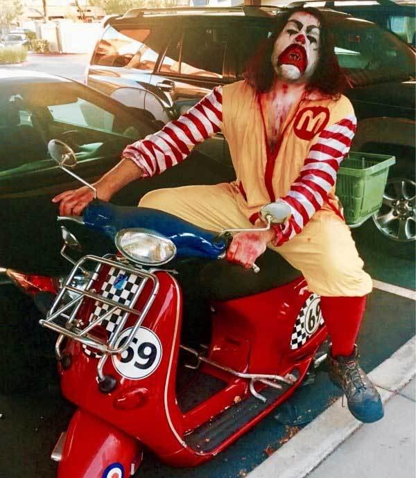 клоун на мотороллере