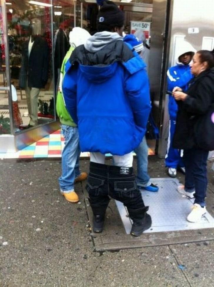 парень в синей куртке со спущенными штанами