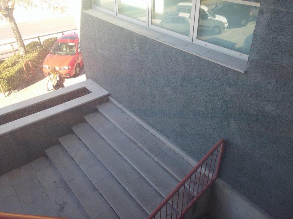 Лестница упирается в стену