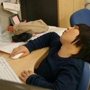 парень спит перед компьютером