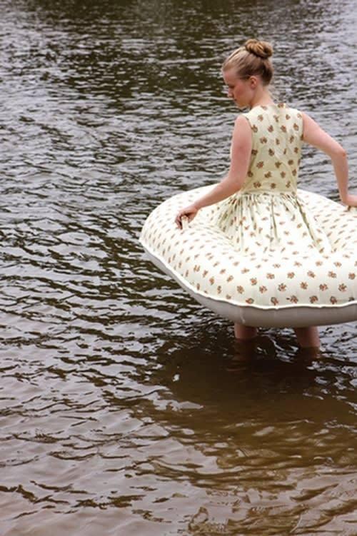 девушка в платье-лодке