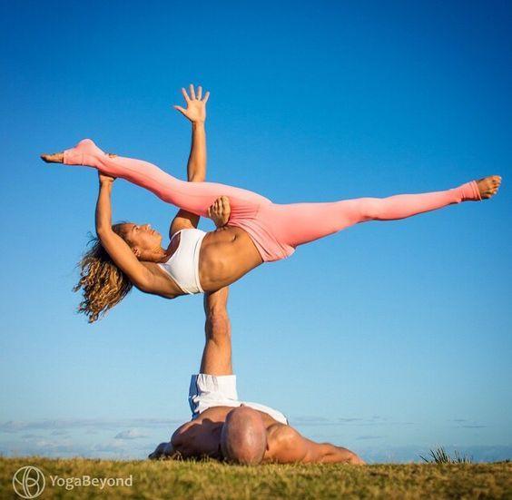 мужчина и женщина занимаются йогой на свежем воздухе