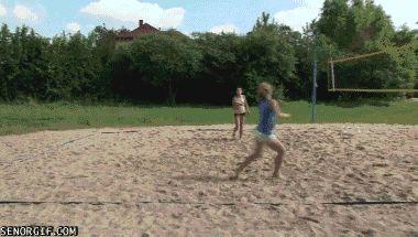 девушки играют в волейбол