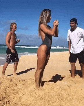 молодые люди на пляже