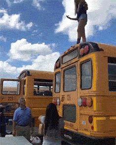 девушка спрыгнула с автобуса