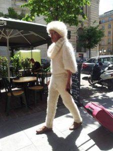 Мужчина в белом пушистом костюме