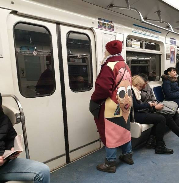 Женщина в смешном пальто