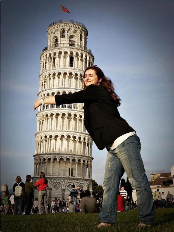 девушка обнимает пизанскую башню