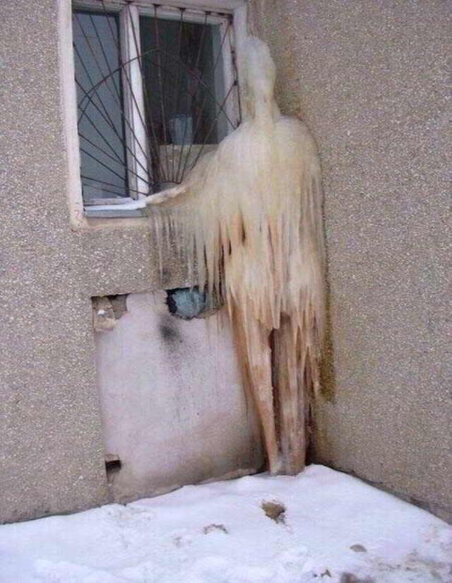 фигура из льда заглядывает в окно
