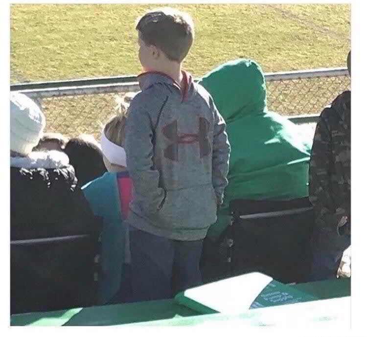 мальчик надел кофту задом наперед