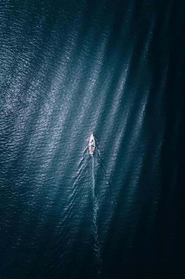 яхта плывет по морю вид с высоты птичьего полета