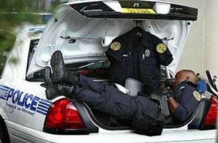 полицейский спит в багажнике авто