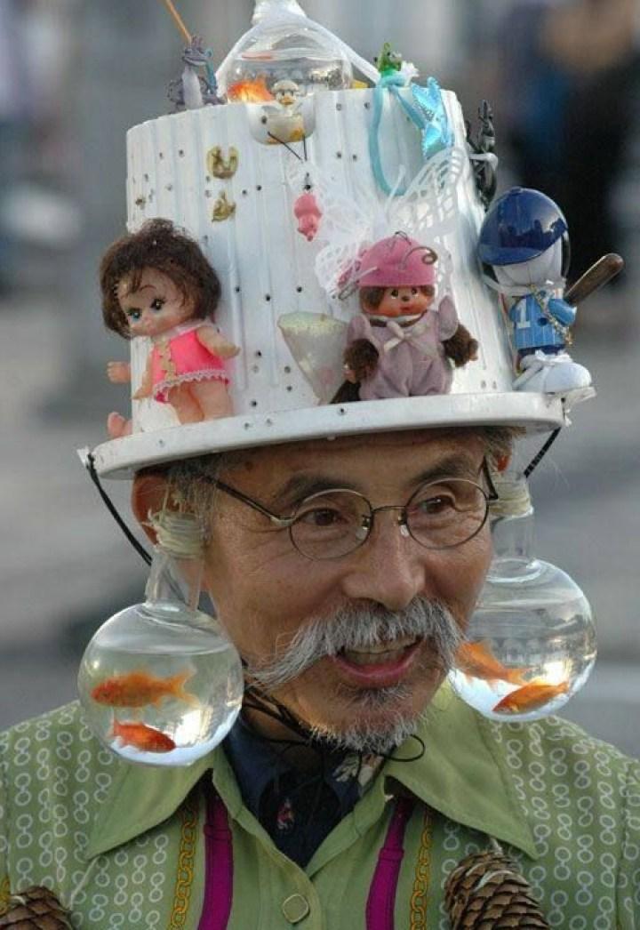 мужчина в шляпе с куклами