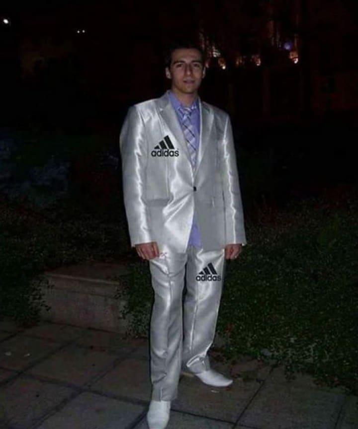 парень в костюме