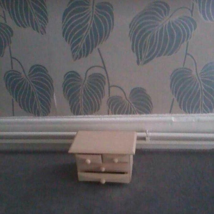 крошечный стол под стеной