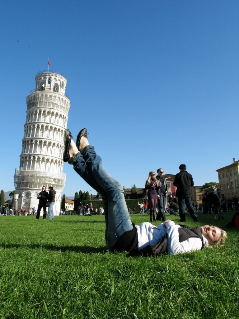 девушка на фоне пизанской башни