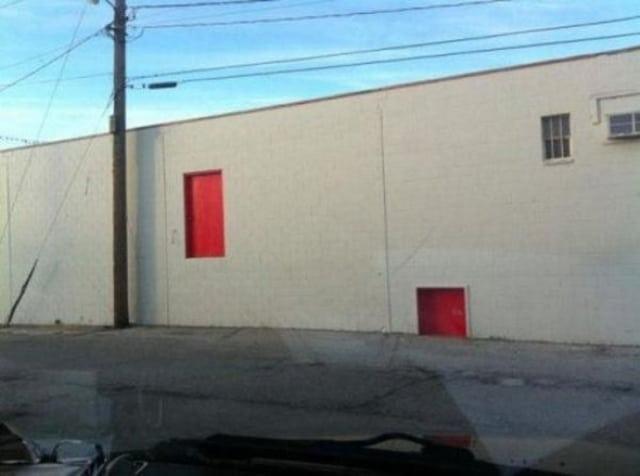 странное здание без дверей