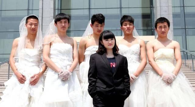 мужчина в свадебных платьях