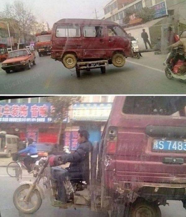 мужчина везет авто на мотоцикле