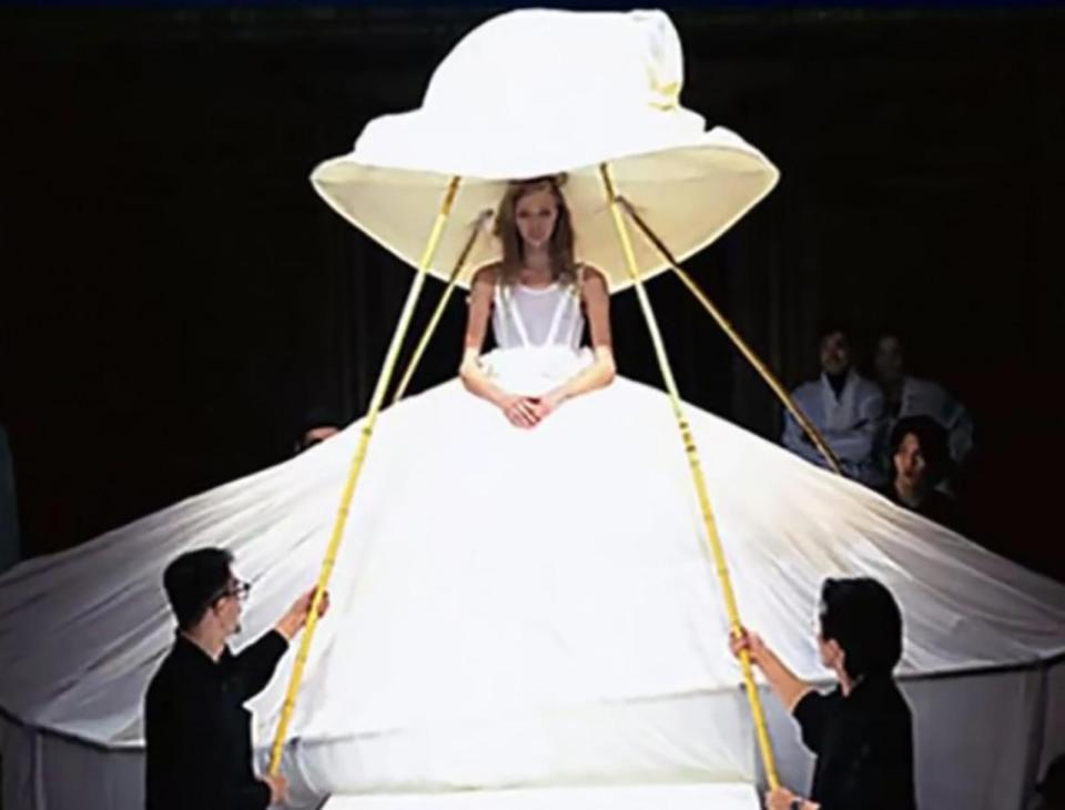 Парни держат палками фату невесты