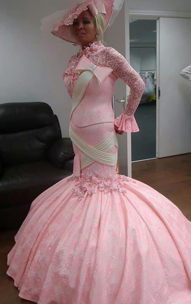Женщина в розовом свадебном платье