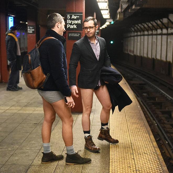 мужчины в пиджаках без штанов